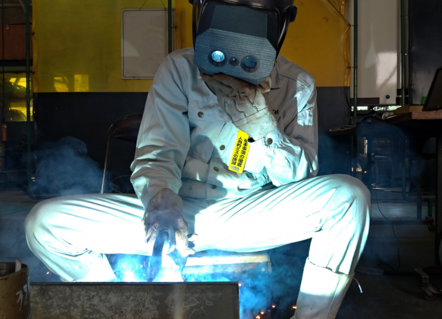 Worker using XRD equipped 3D welding helmet