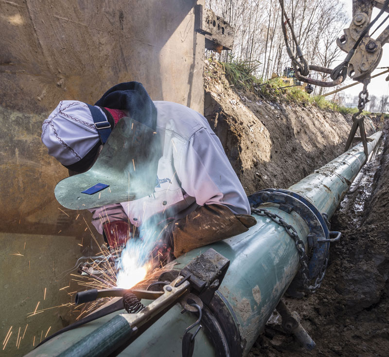 Lincoln's pure DC generator pipeline welder in action.