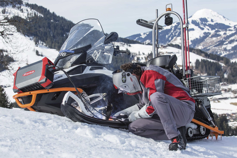 The Fronius AccuPocket in action: repairing a snowmobile at the Streif ski resort and race track in Austria.
